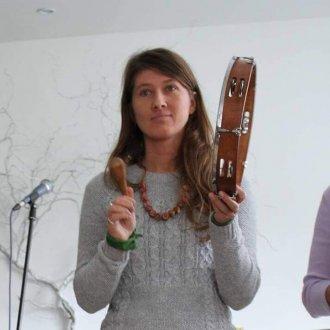 Vidzemniece no Cēsīm. Aizrautīga folkloras dejotāja kopš 2006. gada. Latvijas Kultūras akadēmijas Tradicionālās kultūras un latviešu folkloras programmas studente. Piedalījusies un vadījusi dažādus starptautiskus jauniešu tradicionālās kultūras projektus.